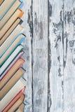 Pila di libri variopinti Fondo di istruzione Di nuovo al banco Prenoti, libri variopinti della libro con copertina rigida sulla t Immagine Stock