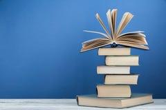 Pila di libri variopinti Fondo di istruzione Di nuovo al banco Prenoti, libri variopinti della libro con copertina rigida sulla t Immagine Stock Libera da Diritti