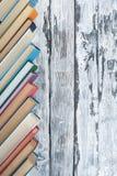 Pila di libri variopinti Fondo di istruzione Di nuovo al banco Prenoti, libri variopinti della libro con copertina rigida sulla t Fotografie Stock