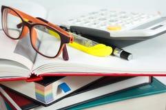 Pila di libro con i vetri ed il calcolatore Fotografia Stock Libera da Diritti
