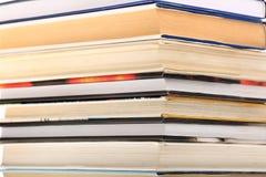 Pila di libro con il fuoco sui bordi fotografia stock