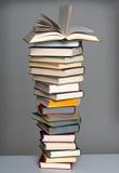 Pila di libro con il libro aperto Fotografia Stock