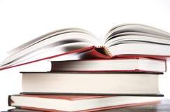 Pila di libro con il libro aperto Immagine Stock Libera da Diritti