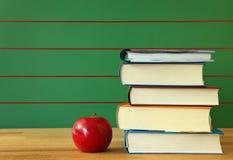 Pila di libro e di mela rossa Fotografia Stock