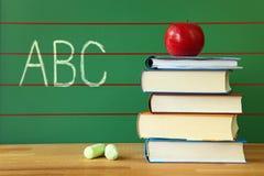 Pila di libro e di mela rossa Fotografia Stock Libera da Diritti