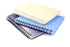 Pila di libro o di taccuino del raccoglitore di anello isolato su bianco Immagini Stock