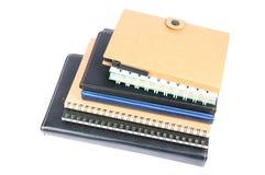 Pila di libro o di taccuino del raccoglitore di anello isolato su bianco Fotografia Stock