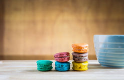 Pila di macarons con una tazza di caffè Fotografia Stock Libera da Diritti