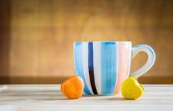 Pila di macarons con una tazza di caffè Fotografia Stock