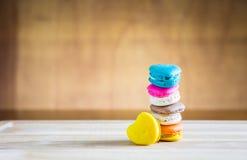 Pila di macarons nella forma del cuore Fotografie Stock