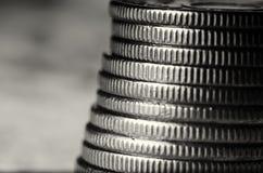 Pila di macro in bianco e nero delle monete Fotografie Stock