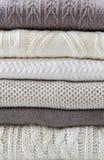 Pila di maglioni leggeri caldi Fotografia Stock Libera da Diritti