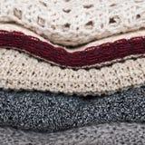 Pila di maglioni tricottati accoglienti di colori Fotografia Stock Libera da Diritti