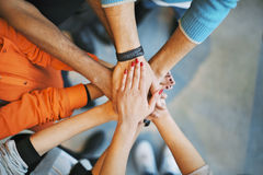 Pila di mani un simbolo di lavoro di squadra Fotografie Stock