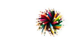 Pila di matite colorate in un vetro su fondo bianco Fotografie Stock