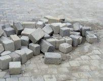 Pila di mattonelle cubiche che pone sulla pavimentazione Immagine Stock Libera da Diritti