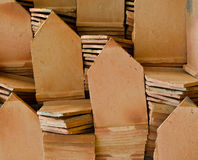 Pila di mattonelle di tetto dell'argilla Immagini Stock