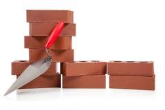 Pila di mattoni rossi su bianco Fotografia Stock Libera da Diritti