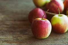 Pila di mela e di merce nel carrello di Fuji messe sulla tavola di legno per il backgrou immagine stock libera da diritti