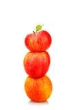 Pila di mele rosse con la foglia verde Fotografia Stock