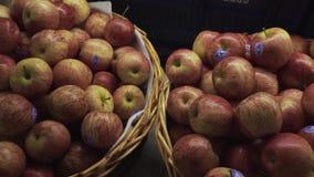 Pila di merce nel carrello delle mele da vendere al supermercato archivi video