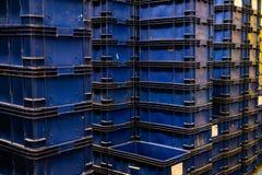 Pila di modello blu delle gabbie di plastica in deposito fotografia stock