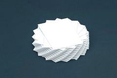 Pila di molte carte di modello di carta alla presentazione Immagine Stock