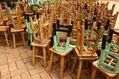 Pila di sedie di legno sul pavimento Fotografie Stock Libere da Diritti
