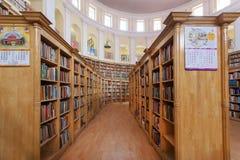 Pila di molti libri sugli scaffali della biblioteca centrale dello stato del Karnataka Immagini Stock