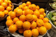 Pila di molti mandarini freschi nel mercato Fotografia Stock Libera da Diritti