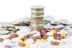 Pila di moneta con l'idea di concetto della capsula della medicina Fotografia Stock Libera da Diritti