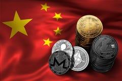 Pila di monete di Bitcoin sulla bandiera cinese Situazione di Bitcoin e di altri cryptocurrencies in Cina Fotografie Stock