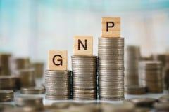 Pila di monete con il piatto di legno di alfabeti Fotografia Stock Libera da Diritti