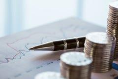 Pila di monete con la linea grafico Immagini Stock