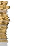 Pila di monete dei soldi davanti a fondo bianco immagini stock