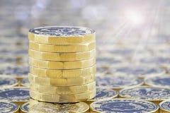 Pila di monete dorate con gli effetti della luce luminosi di luce solare Fotografie Stock Libere da Diritti