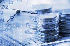 Pila di monete e di mani di orologio Immagine Stock
