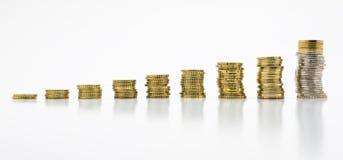 Pila di monete, nove delle file isolate su fondo bianco con il percorso di ritaglio senza un'ombra Concetto crescente e di rispar Fotografia Stock