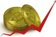 Pila di monete di oro dei bitcoins, una freccia rossa del grafico che va su Immagine Stock Libera da Diritti