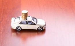 Pila di monete sull'automobile Fotografia Stock