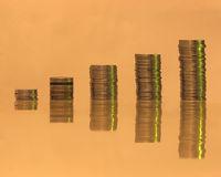 Pila di monete in una tonalità negativa triste Fotografie Stock