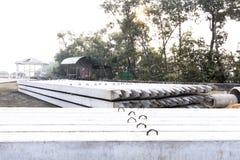 Pila di mucchi del calcestruzzo precompresso su terra per il raggiro del fondamento immagine stock libera da diritti