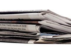 Pila di newpapers su una priorità bassa bianca immagini stock