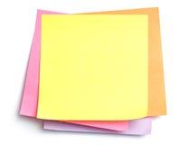 Pila di note appiccicose su bianco Immagini Stock