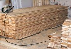 Pila di nuove viti prigioniere di legno all'iarda di legname Fotografia Stock
