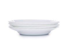 Pila di nuovi piatti bianchi puliti Fotografia Stock Libera da Diritti