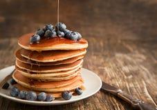 Pila di pancake con il mirtillo e lo sciroppo d'acero Immagine Stock Libera da Diritti