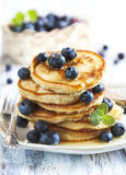 Pila di pancake con il mirtillo ed il miele Immagini Stock Libere da Diritti