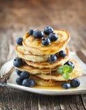 Pila di pancake con il mirtillo ed il miele Fotografia Stock Libera da Diritti