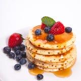 Pila di pancake con la frutta Fotografie Stock Libere da Diritti
